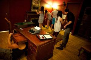 grupo de amigos buscando pistas en un escape room