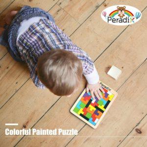 niño jugando al puzzle de tetris Peradix